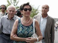 Na archívnej snímke z 23. júla 2015 Viviane Lambertová a Pierre Lambert, rodičia Vincenta Lamberta prichádzajú do nemocnice vo východofrancúzskom meste Reims