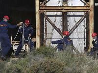 Špeciálne záchranné zložky pátrajú po obetiach v banskej šachte.