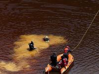Cyperskí potápači vyťahujú z dna umelého jazera kufor