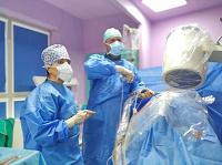 Unikátny viacetážový endoskopický výkon na chrbtici vykonal operačný tím pod vedením MUDr. Róberta Rapčana, PhD., MBA, FIPP.