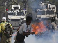 Najmenej 69 osôb utrpelo zranenia počas pouličných stretov podporovateľov Juana Guaidóa s bezpečnostnými zložkami vernými prezidentovi Nicolásovi Madurovi