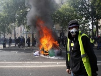 Niektorí demonštranti mali oblečené žlté vesty.