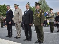 Minister obrany SR Peter Gajdoš (uprostred) a minister obrany Českej republiky Lubomír Metnar (vľavo).