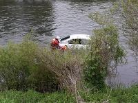 Auto skončilo v rieke Váh.