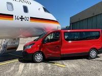 Fanúšička Merkelovej nechtiac dodávkou narazila do jej lietadla