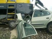 Dopravná nehoda vlaku a osobného vozidla.
