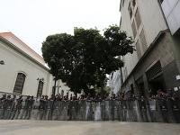 Bezpečnostné zložky zabránili poslancom vstup do parlamentu