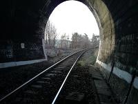 Vlak zrazil ženu niekde v týchto miestach.