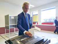 Geert Wilders vhadzuje svoj hlas do volebnej urny.