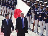 Americký prezident Donald Trump (druhý vľavo) a japonský premiér Šinzó Abe.