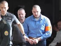 Príchod Juraja Hossu na súdne pojednávanie.