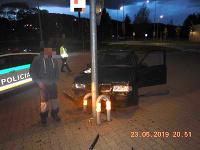 Na parkovisku pri nákupnom centre v Brezne opitý vodič nabúral do ochrany stĺpu verejného osvetlenia.