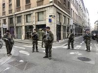 Príslušníci francúzskej antiteroristickej jednotky hliadkujú v centre Lyonu.