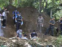 Manželov našli pochovaných na ich pozemku.