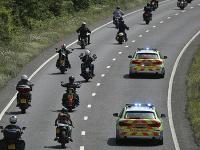 Policajti doprevádzajú členov motorkárskeho klubu Hells Angels