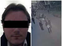 Muž, ktorý v piatok vyčíňal v Bratislave, je aj naďalej v kritickom stave.