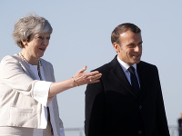 Theresa Mayová a Emmanuel Macron lávnostne položili základný kameň nového pamätníka padlých britských vojakov.