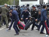 Na snímke kazašskí policajti zatýkajú demonštranta počas protestov meste Nursultan