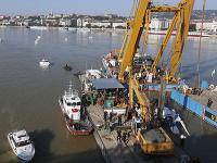 Maďarskí záchranári začali dvíhať vrak potopenej lode