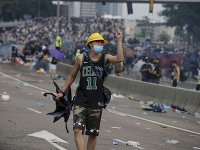 Demonštrant v uliciach Hongkongu