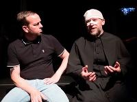 Zľava Michal Soltész ako Adam a Martin Nahálka ako Ivan v inscenácii Adamove jablká v Štátnom divadle Košice