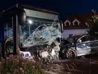 Nehoda autobusu a osobného auta mala tragické následky.
