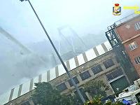 Na videosnímke poskytnutej talianskou finančnou políciou je moment pádu Morandiho diaľničného mosta