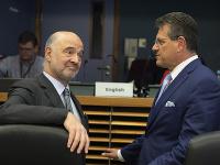 Eurokomisár pre hospodárske a finančné záležitosti, dane a clá Pierre Moscovici (vľavo) a eurokomisár pre energetickú úniu Maroš Šefčovič počas stretnutia Rady komisárov.