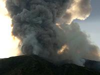 Talianska sopka chrlí lávu aj kusy hornín. Ľudia sú vydesení.