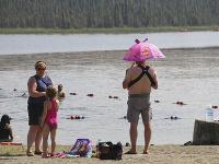 Ľudia sa v príjemných teplotách aj kúpu v jazere