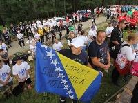 Tisícky ľudí si pochodom pripomínajú masaker v Srebrenici.