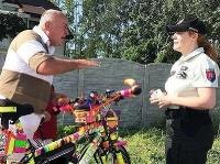 Bicykel pokrytý reflexnými prvkami zaujal i políciu