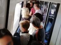 Ľudia cestovali v preplnenom vlaku.