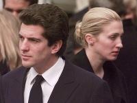 John Kennedy Jr. a jeho manželka Carolyn