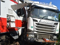 Zrážka vlaku a kamiónu.