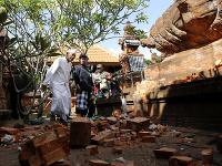 Muž kontroluje poškodený chrám na indonézskom ostrove Bali