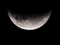 Andy nafotil čiastočné zatmenie mesiaca v obci Čataj.