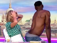 Moderátorov v štúdiu prekvapili striptéri.