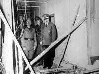 Hitler si prezerá zničený bunker