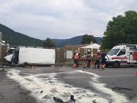 Tri posádky zdravotníkov zasahovali pri dopravnej nehode v Rožňave - vodič dodávky zišiel mimo cestu.