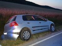 Vodič zišiel v Motešiciach s autom do priekopy.