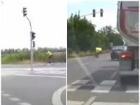 Polícia vyšetruje zrážku cyklistu a auta.