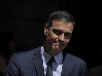 Úradujúci španielsky premiér Pedro Sánchez odchádza po zasadnutí parlamentu 23. júla 2019 v Madride.