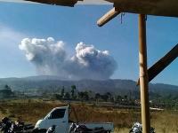 Sopka Tangkuban Perahu chrlila popol až do výšky 200 metrov