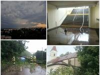 Slovensko zasiahli ďalšie búrky. Hasiči odstraňujú škody.