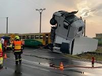 Vlak sa zrazil s kamiónom na železničnom priecestí.