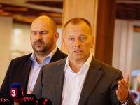 Boris Kollár, v pozadí Peter Pčolinský