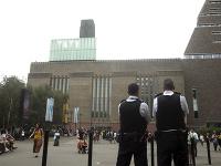 Tínedžer zhodil šesťročného chlapca z desiateho podlažia Tate Modern