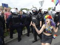 Na snímke účastníci pochodu príslušníkov sexuálnych menšín v sprievode polície v poľskom meste Plock