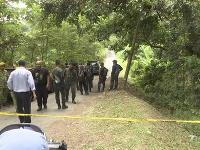 Na videosnímke záchranára sa zhromažďujú na mieste nálezu v malajzijskom Pantai